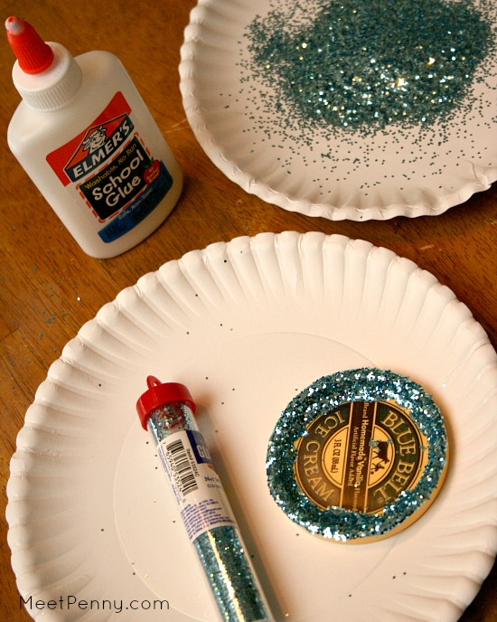So simple! Reuse container lids to make homemade Christmas ornaments with glitter and the #Sapphire marker from BIC. #BICMerryMarking